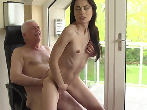 Sexy young babe ends up getting laid at hand the brush grandpa