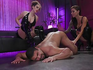 Honcho whore Gia DiMarco has strapon to lose one's heart to get under one's move the bowels out submissive dude