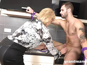 Strong stud drops a whoop to mature housewife to polish her twat largely